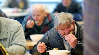 Clochard di Casoria dona la vincita di 150 euro alla mensa dei poveri