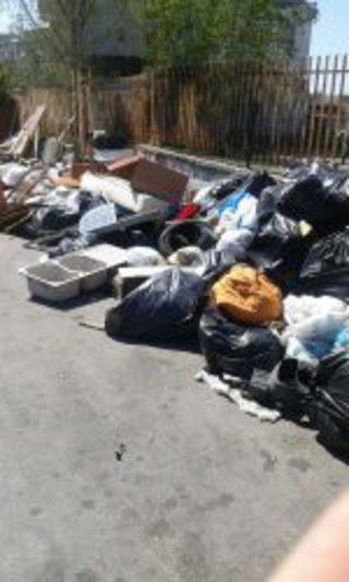 Un mare… di rifiuti in Via Ada Negri
