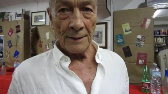 Tullio Pironti festeggia i suoi 80 anni e regala libri ai cittadini