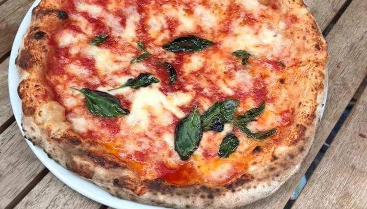 La pasticceria Mazz nel Centro Storico di Napoli diventa anche pizzeria