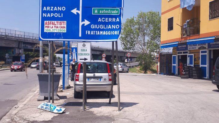 Ostacoli in Via Pietro Nenni che bloccano l'accesso all'isola ecologica