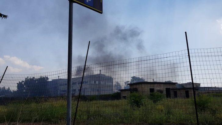 Incendio in un'area sequestrata perché usata come discarica a Casoria