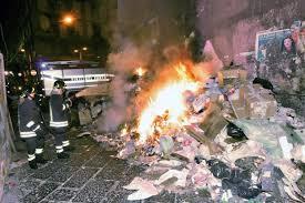 In fiamme un capannone di rifiuti a Marcianise: è un disastro ambientale