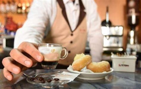 """Il Comune di Casoria emette ordinanza plastic free, alcuni bar aumentano il prezzo del caffè. Verdi: """"Speculazione inaccettabile che non fa onore…"""