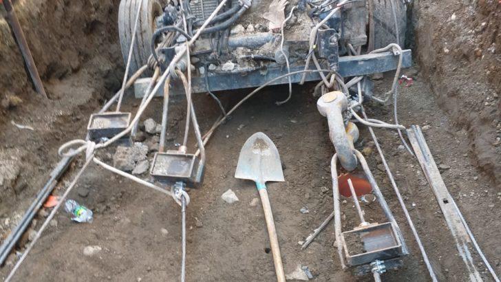 FOTO – Voragine a San Mauro, l'autocompattatore vicino alla fuoriuscita