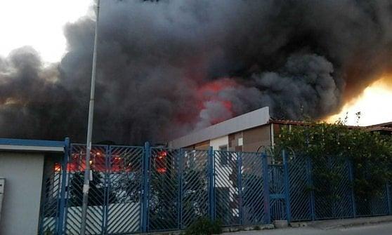 Grosso incendio a Casoria in pieno centro, vigili del fuoco al lavoro