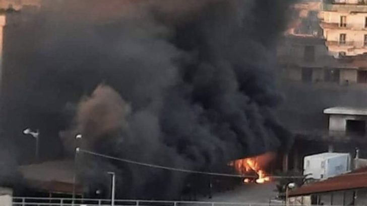 Incendio a Casoria: in fiamme tre furgoni a Via Michelangelo